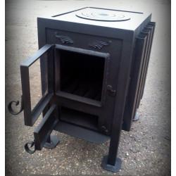 Печь - камин с плитой и со стеклянной дверцей.